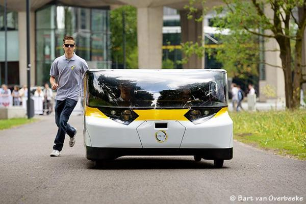 Семейный автомобиль на солнечных батареях Stella.